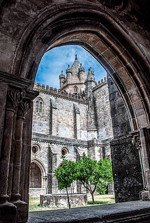 CATEDRAL d' ÉVORA, Portugal (16976233822) (cropped).jpg