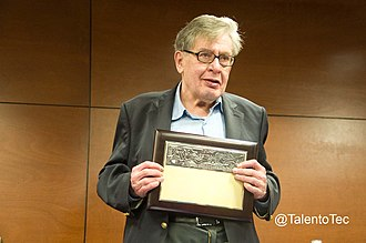 José Emilio Pacheco - José Emilio Pacheco with award at Monterrey Tec in 2010