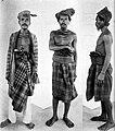 COLLECTIE TROPENMUSEUM 'Drie mannen van het eiland Moena (Zuidoost-Celebes); links een adellijke man, in het midden en rechts mannen van het Reha-volk' - TMnr 10005692.jpg