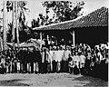 COLLECTIE TROPENMUSEUM Bezoekers van een openbare lezing in de kampong door de Dienst Volksgezondheid afd. Medisch-Hygiënische Propaganda. TMnr 60012959.jpg