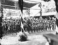 COLLECTIE TROPENMUSEUM Een groep Batang Loepar Dajaks tijdens het bezoek van Gouverneur-Generaal J.P. Graaf van Limburg Stirum aan Borneo TMnr 60018478.jpg
