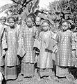 COLLECTIE TROPENMUSEUM Gadis (maagden) in adatkleding Zuid-Sumatra TMnr 10004601.jpg