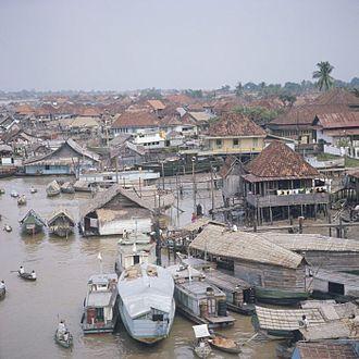 Musi River (Indonesia) - Image: COLLECTIE TROPENMUSEUM Gezicht over Palembang aan de Musi rivier T Mnr 20018417