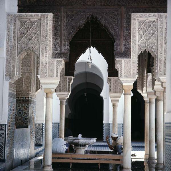 COLLECTIE TROPENMUSEUM Mannen reinigen zich bij een fontein in de Qarawiyin-moskee TMnr 20018162