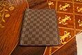 Capa-caderno-louis-vouitton-damier-1 (24308506334).jpg
