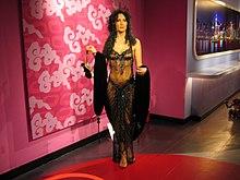 Boneca de cera de Cher numa exposição em Hong Kong, China. A estátua veste um modelo similar ao que ela usou na 60ª cerimônia de entrega do Oscar, em 1988