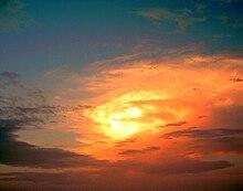 I diversi colori del cielo sono dovuti alla dispersione di luce prodotta dall'atmosfera.