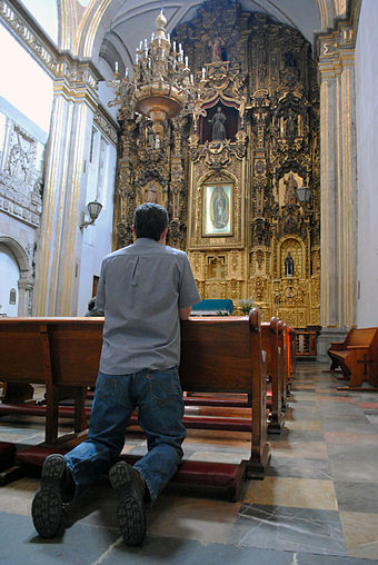 A Catholic believer prays in a church in Mexico Convento de San Francisco - Ciudad de Mexico - Creyente.jpg