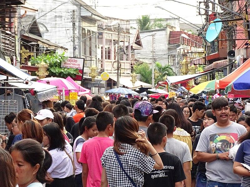 File:Crowds at Walking Street Market on Th Talad Gao - Lampang - Thailand (35175487956).jpg