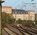 Das Mannheimer Schloss hat durch die Eisenbahnlinien seinen Ufergarten für immer verloren. - panoramio.jpg