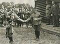 De commandant van het Veldleger, luitenant generaal jonkheer Roëll overhandigt d – F40548 – KNBLO.jpg