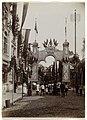 Een erepoort en een versierde straat ter gelegeheid van het bezoek van koningin Wilhelmina en prins Hendrik aan Amsterdam , Nederland, RP-F-1999-186.jpg