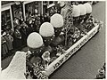 Een van de praalwagens met de tekst (..) voor sportmensen eieren. Bloemencorso Lisse. NL-HlmNHA 54011028.JPG