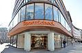 """Eingang zum Kaufhaus SportScheck Hannover, Karmarschstraße 31 Ecke Osterstraße (an der sogenannten """"Altstadt Südkurve""""), ehemaliges Teppichhaus Germania, 1953-54 von Architekt Carl Bauer.jpg"""