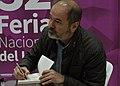 El escritor mexicano Juan Villoro firmando libros tras su presentación en la 32 Feria Nacional del Libro Buap.jpg