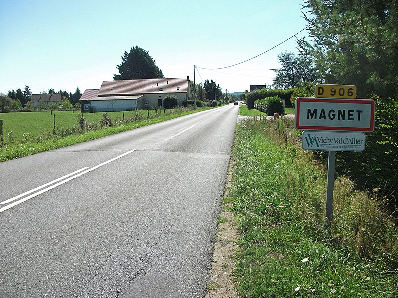 Entrance of Magnet, Allier, by departmental road 906, from the north [8871]