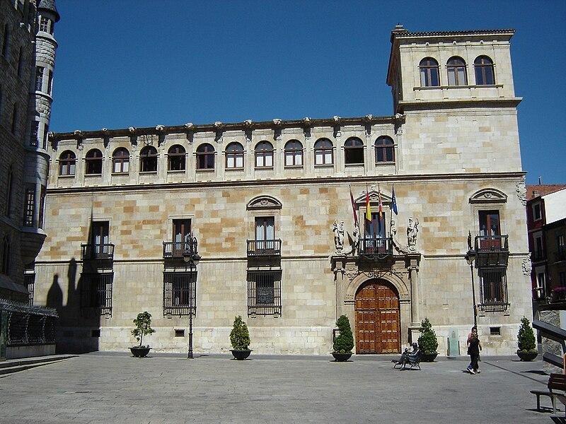File:Fachada del Palacio de los Guzmanes.jpg