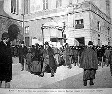 Arnaldo Ferraguti, Davanti la porta del loggione della Scala, la sera del Falstaff , litografia tratta da fotografia, da: L'Illustrazione Italiana, 1893.