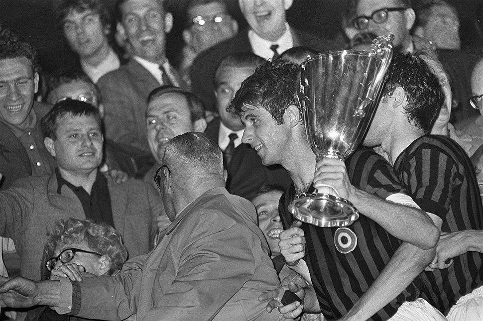 Finale Europa Cup II AC Milan tegen HSV Hamburg 2-0. Spelers van Milan maken ro…, Bestanddeelnr 921-3776