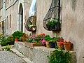 Finestres i testos amb flors a Sant Pau de la Guàrdia - panoramio.jpg