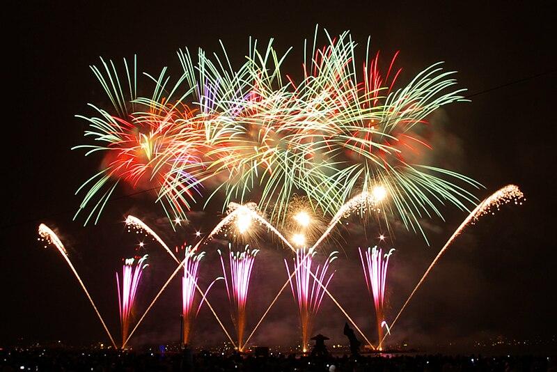 Berkas:Fireworks on Lake Suwa.jpg