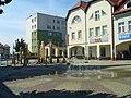 Fontanna na polkowickim rynku - panoramio.jpg