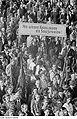 Fotothek df roe-neg 0002168 003 Besucher der Friedenskundgebung am 22. Juni 1950.jpg
