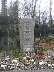 La tombe de Franz Kafka, à Prague, au nouveau cimetière juif (Nový židovský hřbitov).