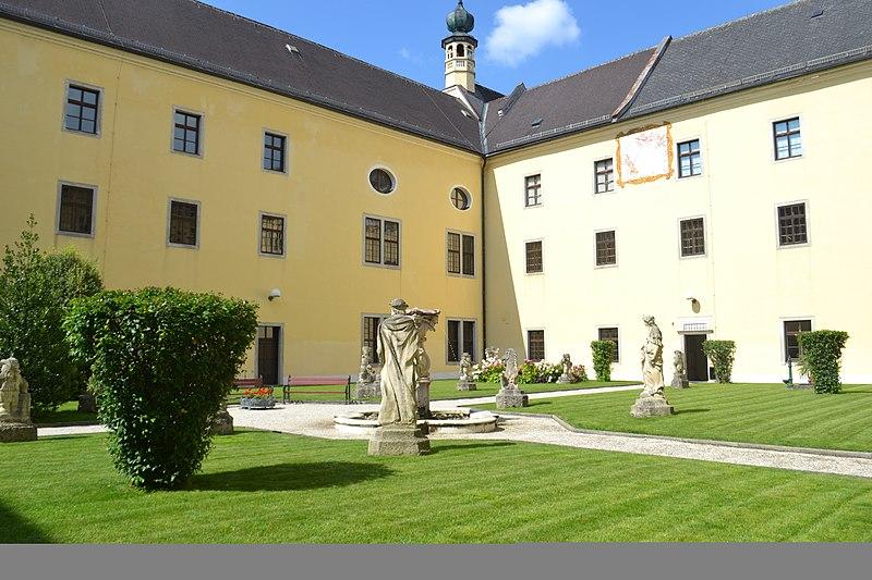 Dateigarten Mit Skulpturen Und Sonnenuhrjpg Wikipedia