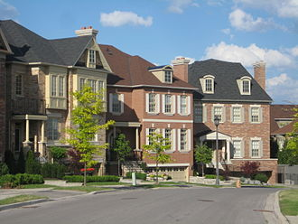 Governor's Bridge, Toronto - Houses in the newer eastern section of Governor's Bridge.
