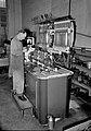 HUA-159402-Afbeelding van een monteur in de hoofdwerkplaats van de N.S. te Tilburg bij de brandstofpompentestbank voor dieselmotoren.jpg
