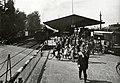 HUA-169383-Gezicht op het N.S.-station Bilthoven te Bilthoven (gemeente De Bilt), vanaf de spoorwegovergang in de Soestdijkseweg, met een groep forensen.jpg