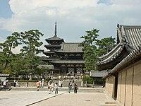 法隆寺は西暦607年に建立し、現存する世界最古の木造建築物群とされる。