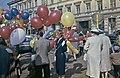 Ilmapallojen myyjiä ja ihmisiä Kauppatorin vapputorilla - D7223 - hkm.HKMS000005-km0000n7ye.jpg