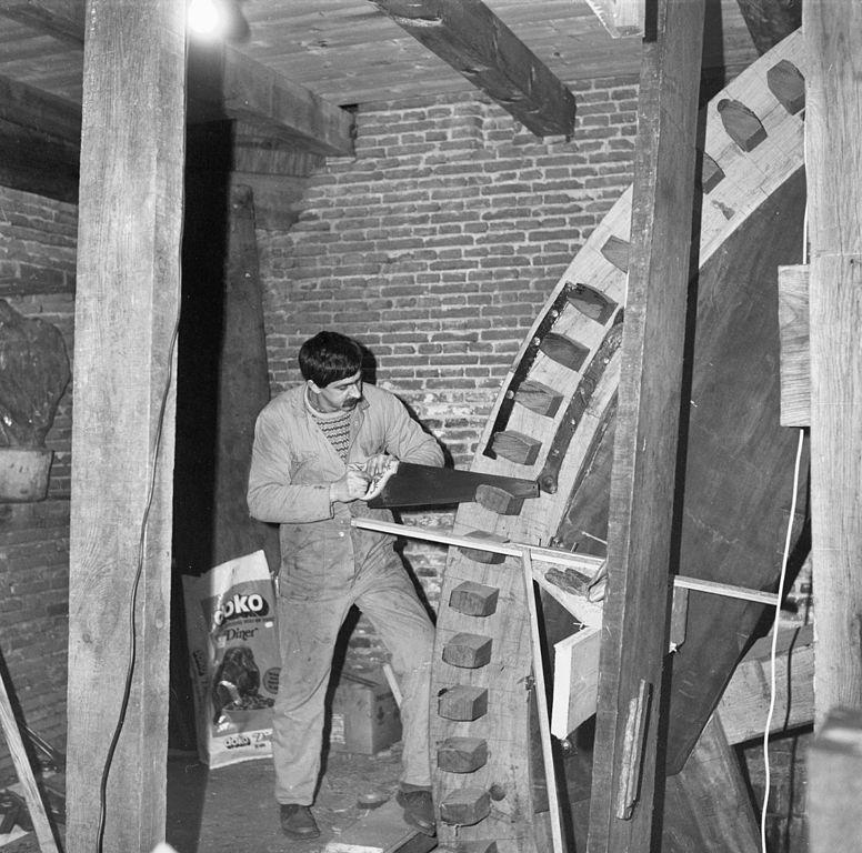 File interieur molen nr 2 overwaard molenmaker maakt de kammen van het onderwiel op lengte - Planklengte van het kind ...