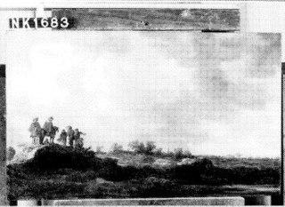 Duinachtig landschap met twee ruiters en vijf figuren