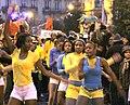 Jaune et bleu au Carnaval de Paris (3367789154).jpg