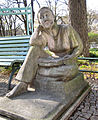 Jugendplatz (Berlin-Siemensstadt) Lesendes Mädchen.jpg