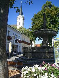 Königswiesen Brunnen und Kirche.jpg