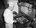 Koekebakker bakt oliebollen, Bestanddeelnr 934-6953.jpg