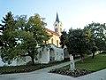 Kostel sv. Václava (Mníšek pod Brdy) 04(z námestí).jpg