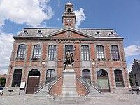Landrecies (Nord, Fr) Hotel de ville et statue Dupleix.jpg