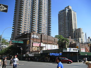86th Street (Manhattan) - A building at the corner of 86th Street and Lexington Avenue, which has since been demolished