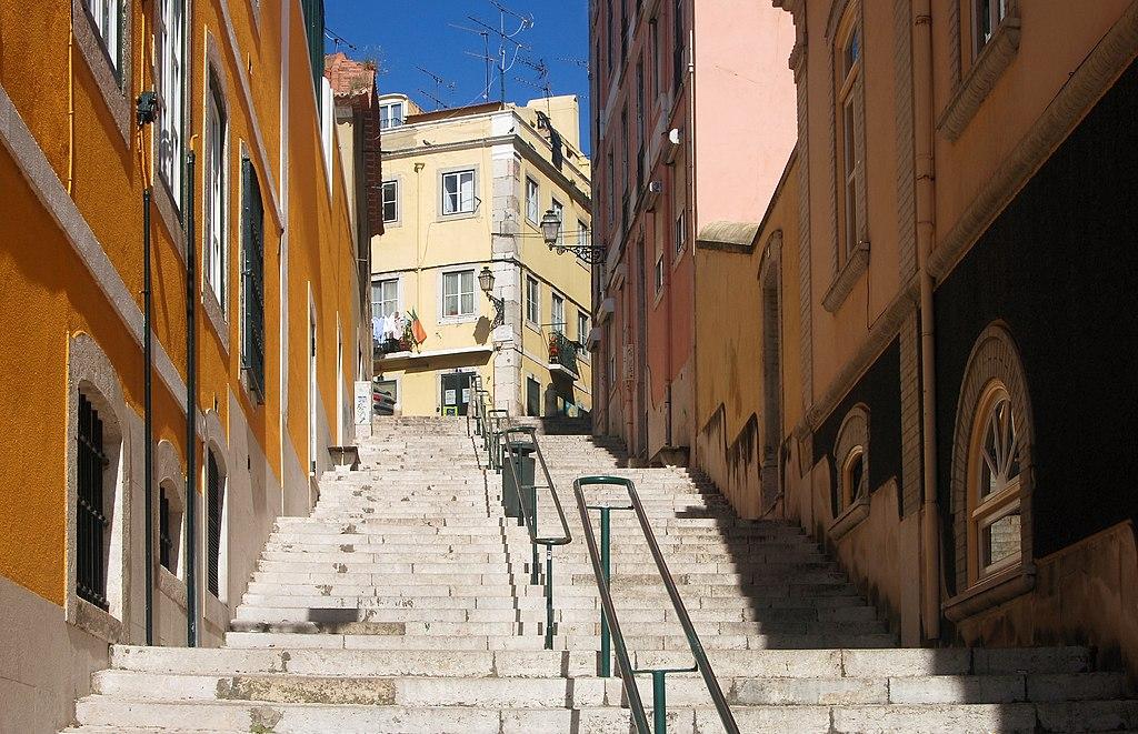 Escalier à Lisbonne et couleurs chaudes - Photo de Alvesgaspar