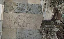 MB-Monza-Duomo-facciata-lapide-con-croci.jpg