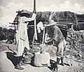 Madagascar-Bourjanes pilant leur riz.jpg