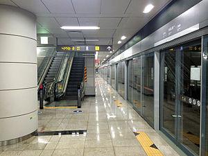 Magongnaru Station - Line 9's island platform.