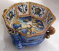 Maiolica di urbino, ludovico e angelo picchi, coppa con gara musicale tra apollo e pan, 1560-65.jpg