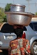 Maman dans les rues de Ouagadougou.jpg