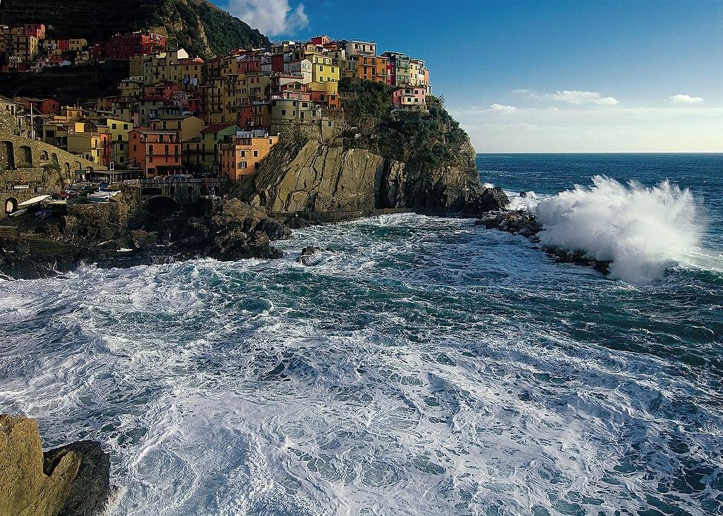 Le village de Manarola sur la côte des Cinque Terre en Italie.  (définition réelle 2803×2000)